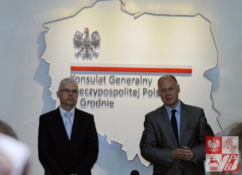Piotr Lewczuk, szef sekcji wizowej w Konsulacie Generalnym RP w Grodnie i szef placówki Konsul Generalny RP Andrzej Chodkiewicz