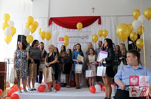 Zdjęcie pamiątkowe uczestników Festiwalu i członków jury