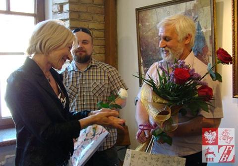 Janina Pilnik, prezes Towarzysatwa Plastyków Polskich przy ZPB składa gratulacje artystom Sporskim