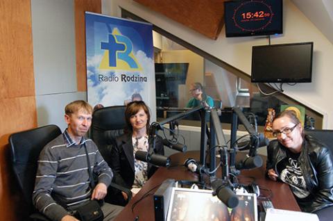 Jerzy Czupreta, Maria Tiszkowska i Ilona Gopsiewska w studio Radia Rodzina