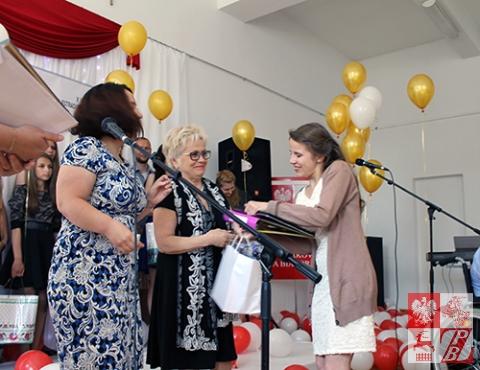 Dyplom zwycięzcy w starszej kategorii wiekowej odbiera Weronika Daszina
