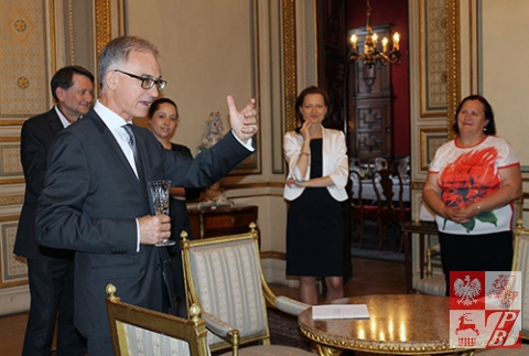 Delegację z Białorusi wita Ambasador RP we Francji Andrzej Byrt