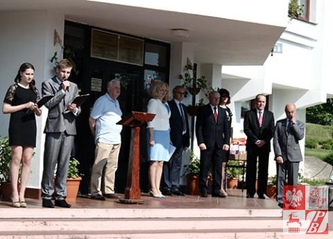 Goście honorowi apelu szkolnego. Trzeci od lewej - Aleksander Pruszyński, potencjalny kandydat na prezydenta Białorusi