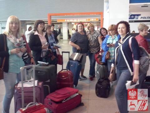 Delegacja z Białorusi na warszawskim lotnisku, przed odlotem do Paryża