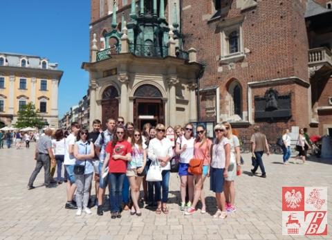 Polska młodzież z Białorusi przed Bazyliką Mariacką w Krakowie