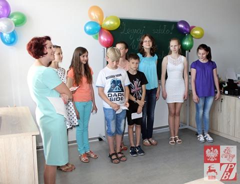 Dyrektor szkoły Natalia Rakowicz i jej uczniowie