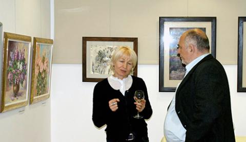Janina Pilnik rozmawia z jednym z gości wernisażu