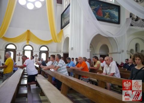 Pielgrzymi modlą się w Czerwonym Kościele w Mińsku