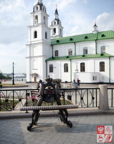 Jeden z najbardziej zaskakujących akcentów polskich w Mińsku - ławeczka-pomnik Michała Kleofasa Ogińskiego z dedykacją w języku rosyjskim
