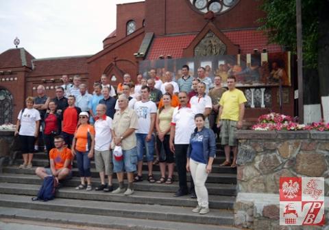 Pielgrzymi przed Czerwonym Kościołem w Mińsku
