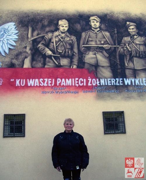 Przy muralu Żołnierzy Niezłomnych