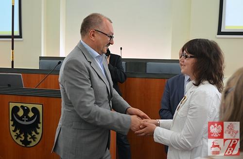 Marszałek Województwa Dolnośląskiego Cezary Przybylski wręcz wysokie odznaczenie Swietłanie Worono