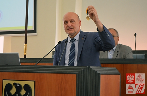 Radny Sejmiku Województwa Dolnośląskiego Julian Golik wygłasza laudację na cześć odznaczonej