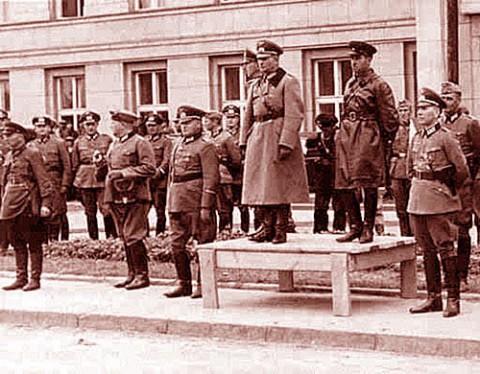 General Heinz Guderian i Siemion Kriwoszein odbierają wspólną defiladę Wehrmachtu i Armii Czerwonej w Brześciu