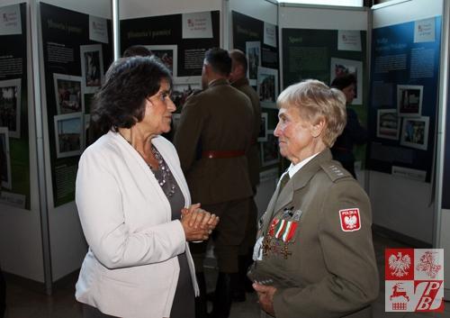 Poseł Joanna Fabisiak w kuluarach wernisażu rozmawia z Weroniką Sebastianowicz, prezes Stowarzyszenia Żołnierzy Armii Krajowej na Białorusi
