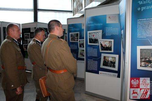 """Wystawę oglądają członkowie grupy rekonstrukcji historycznej, zaangażowanej w filmie """"Krew na bruku. Grodno 1939"""""""