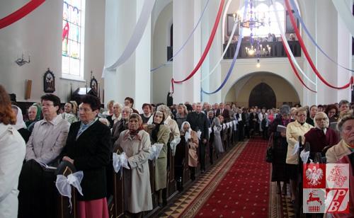 Wierni parafii Świętej Trójcy w Zelwie wypełnili kościół po brzegi, przybywając na prymicyjne nabożeństwo nowo wyświęconego księdza