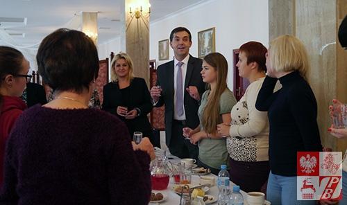 Podczsas wspólnego posiłku z burmistrzem Kobyłki Robertem Rogulskim (w centrum)