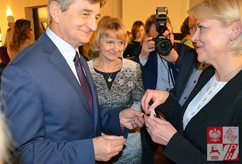 Marszałek Marek Kuchciński dzieli się opłatkiem z Andżeliką Borys