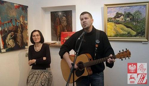 Aleś Dzianisau śpiewa pieśń o Mickiewiczu na słowa Alesia Czobata