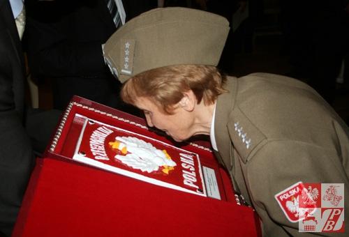 Kapitan Weronika Sebastianowicz odbiera Dar Straży Granicznej RP