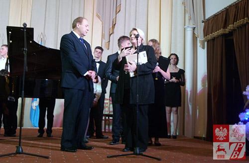 Druga sekretarz Ambasady RP w Mińsku Elżbieta Iniewska składa podziękowanie dyrektorowi Michaiłowi Abrażewiczowi
