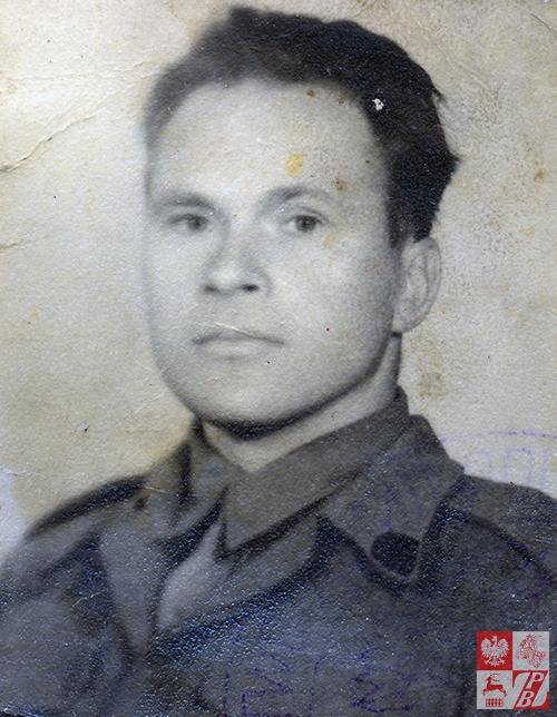 Leonard Żydok w mundurze wyjściowym kanoniera 4. Kresowego Pułku Artylerii Lekkiej Armii Andersa