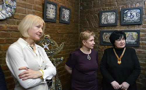 """Gratulacje mistrzowi skladały między innymi: Janina Pilnik, prezes TPP przy ZPB, Anżelika Kupryjanik, dyrektor galerii """"U majstra"""" i Maryna Zagidulina, krytyk sztuki"""