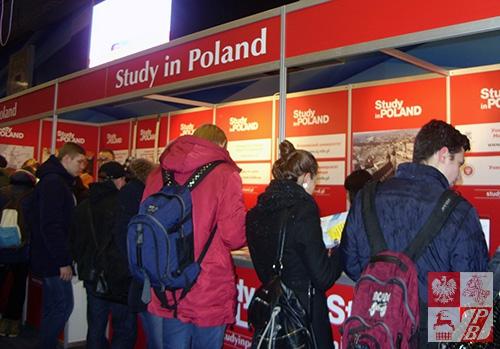 """Stoiska polskich uczelni cieszyły się dużym zainteresowaniem zwiedzających wystawę """"Wykształcenie i Kariewra - 2016"""""""