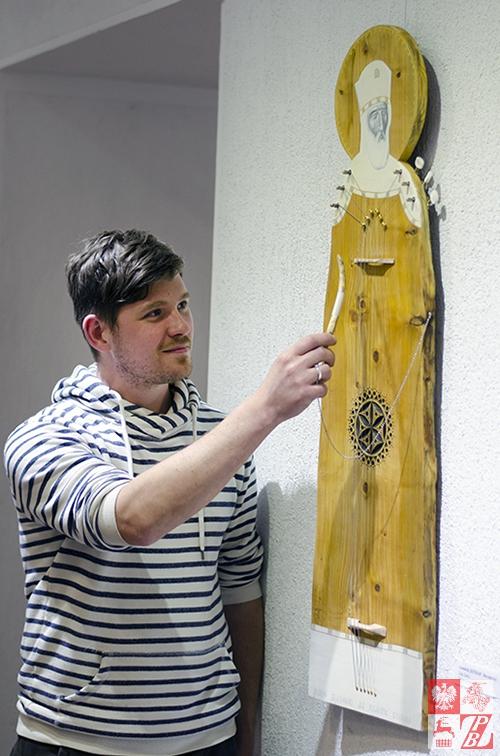 """Białoruski malarz Aleksej Downar opowiada o ikonie """"Król Dawid"""" wykonanej w kształcie gitary"""