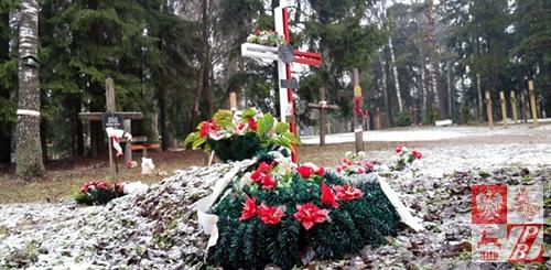 Krzyż Straży Mogił Polskich, stojący na symbolicznym grobie Polaków - ofiar stalinizmu, zamordowanych w Kuropatach. Fot.: svaboda.org