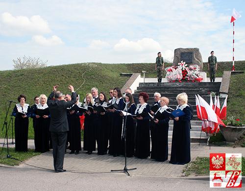 """Na Uroczystościach Trzeciomajowych w Dąbrowie Białostockiej śpiewa chór """"Głos znad Niemna"""""""