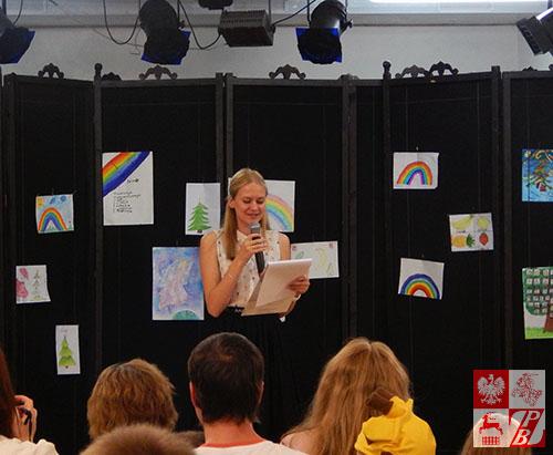 Koncert prowadziła najlepsza uczennica szkoły Paulina Nikicina