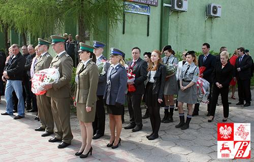 Reprezentanci służb mundurowych, władz lokalnych i harcerzy przed składaniem kwiatów przy pomniku Generała Nikodema Sulika