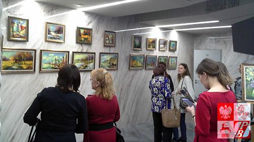 Goście przyjęcia w Ambasadzie Białorusi w Moskwie podziwiają twórczośc Walerego Stratowicza