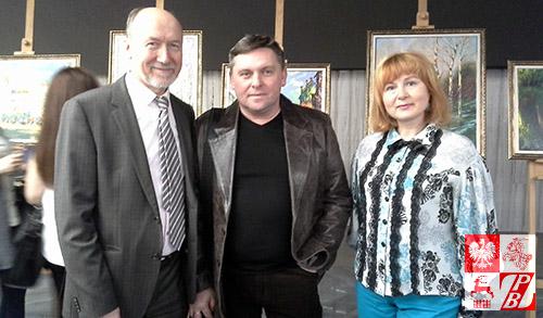 Walery Stratowicz (w centrum) na otwarciu swojej wystawy w Ambasadzie Republiki Białoruś w Moskwie