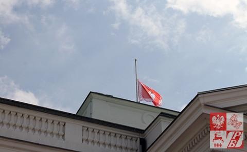 proporzec_prezydencki_wciagany_na_maszt_nad_Belwederem