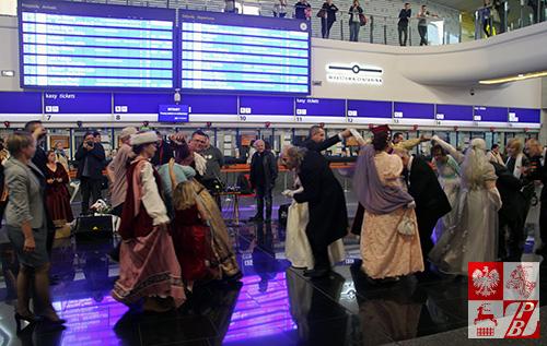 taneczny_flash_mob_na_Warszawa_Centralna_1
