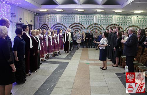 """Wspólny występ chórów """"Polonez"""", """"Społem"""" i """"Tęcza"""". Dyryguje Tatiana Wołoszyna, kierownik chóru """"Tęcza"""""""