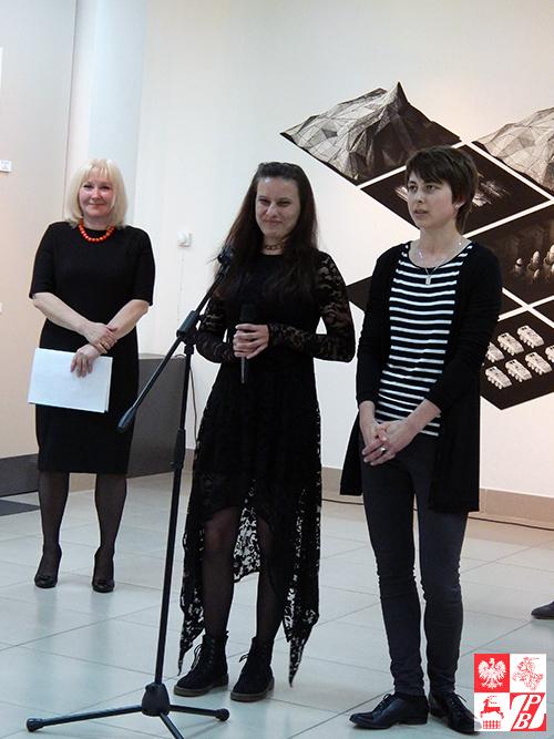 Przemawia Anna Cichoń, sekretarz 9. Triennale Grafiki Polskiej, z polskiego tłumaczy tłumaczka - Olga Gud