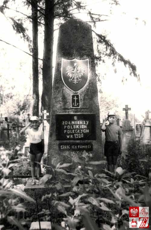 Feliks_Zylko_wnukowie_przy_pomniku
