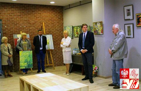 Przemawia Grzegorz Dalkiewicz, od lewej: Ewa Cywińska, dr Ewa Rogalewska, burmistrz Radisław Dobrowolski, Janina Pilnik, dyrektor CKiR w Supraślu Adam Jakuć