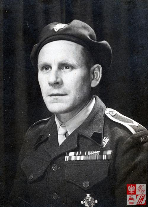 1947 rok.Mikołaj Buczniew w Szkocji w mundurze sierżanta pod paskami baretek otrzymanych odznaczeń wojennych, w tym - między innymi Gwiazdy Monte Cassino, widzimy odznakę pamiątkową 2. grupy Artylerii Polskich Sił Zbrojnych na Zachodzie