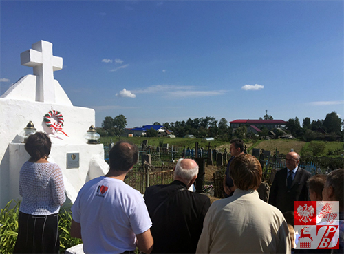 Polacy przy pomniku żołnierzy WP w Smorgoniach, fot.: twitter.com/maw75