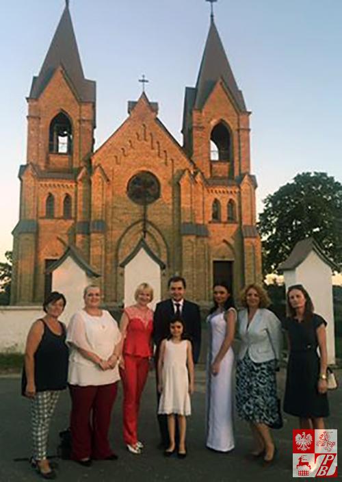 Ambasador RP na Białorusi Konrad Pawlik na zdjęciu pamiątkowym z organizatorkami festiwalu