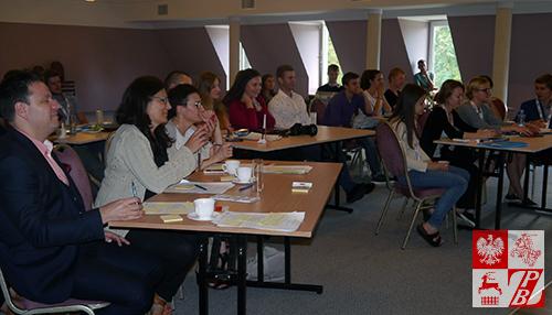 Jurorzy i uczestnicy szkoleń uważnie obserwują prezentację projektów konkursowych