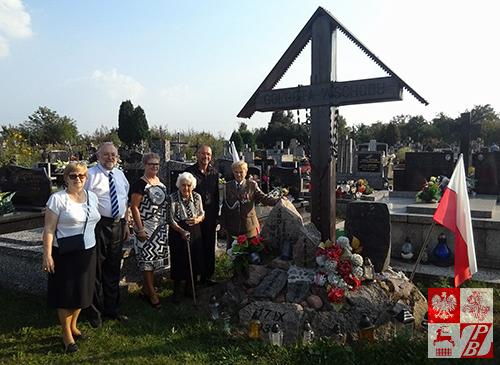 Przy pomniku Golgota Wschodu na cmentarzu parafialnym w Augustowie: mjr Weronika Sebastianowicz z członkami rodziny śp. Kazimierza Stępnia