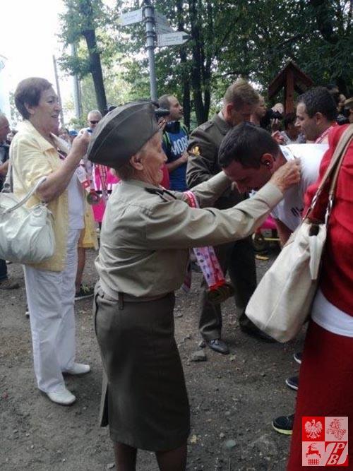 Mjr Weronika Sebastianowicz dekoruje zwycięzców Biegu Żołnierzy Niezłomnych, który objęła Patronatem Honorowym