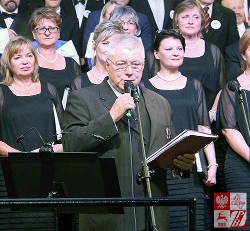 """Piotr Białek, prezes Fundacji """"Ave Patria"""" zwraca się do publiczności przed rozpoczęciem koncertu"""