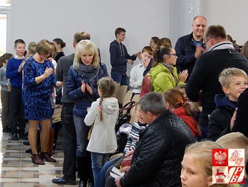Wspólna zabawa uczniów i ich rodziców podczas uroczystości rozpoczęcia roku szkolnego 2016/2017